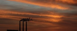 Emissions from a coal power plant / AP