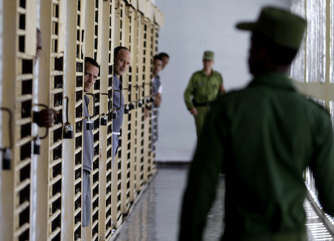 Prisoners and guards in a Cuban jail / AP