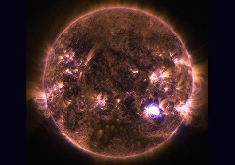Sun emits a mid-level flare - 04 Dec 2014