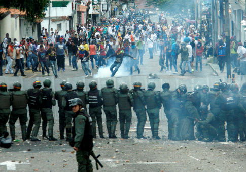 Demonstrators clash with members of Venezuelan National Guard in San Cristobal, Venezuela Oct. 26, 2016 / REUTERS